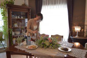 夏の花を集めたイギリススタイルアレンジメントとティーテーブル